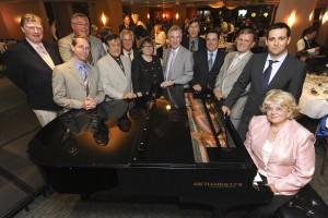 Les administrateurs de la Fondation se réunissent autour du piano en pensant à Fernand Lindsay qui a si souvent animé ainsi les réunions !